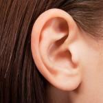 Почему может опухнуть ухо и как снять отек?