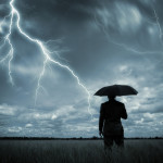 Какую первую помощь необходимо оказать человеку попавшему под разряд молнии